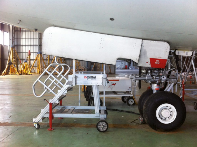 Stepladder for front landing gear access © FORTAL